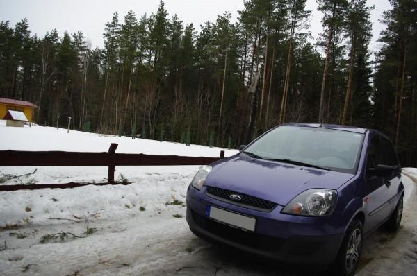 automobilis uz tvoros